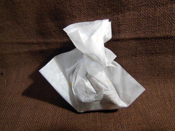 個別包装された和洋。巾着のように白い包み紙にくるまれている。