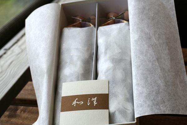 和洋の外箱を開けた様子。お菓子の入った小袋が2袋に分けて包装されている。