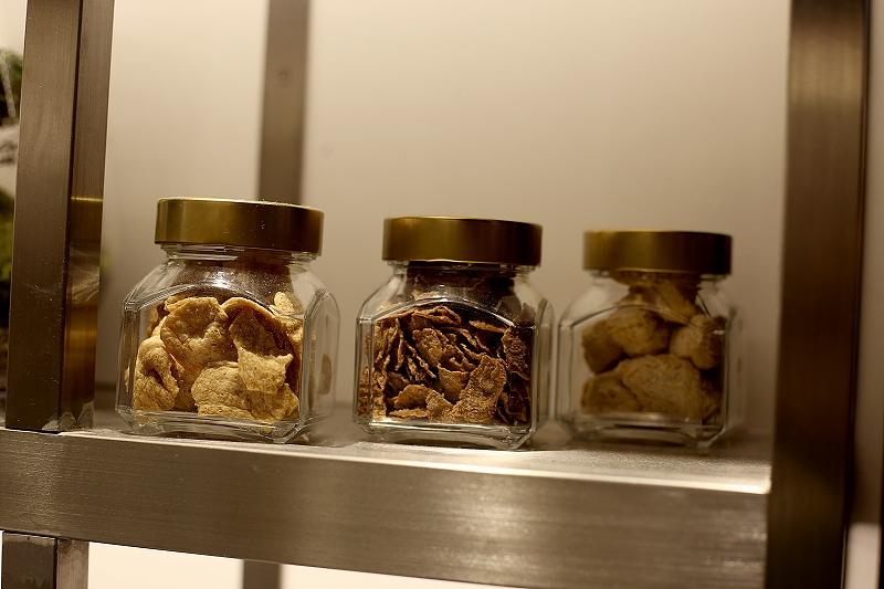 3つの小さな瓶に詰められた大豆ミート