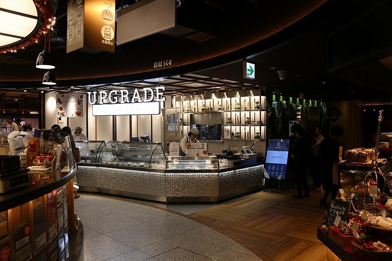 落ち着いた照明でおしゃれなフードホールの一角にある「UPGRADE」という名前の店舗