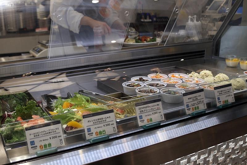 ホテルパンに入った数種類のサラダやパスタ、小分けの容器に入れられて並ぶひじき煮、人参ラペなど