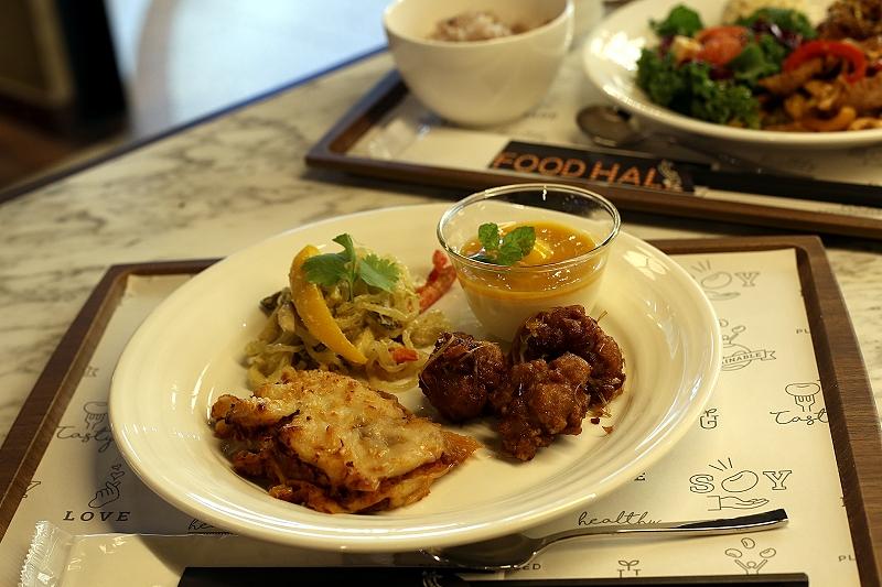 一枚のお皿に盛り付けたソイラザニア、グリーンカレーのこんにゃく麺パスタ、唐揚げとデザート