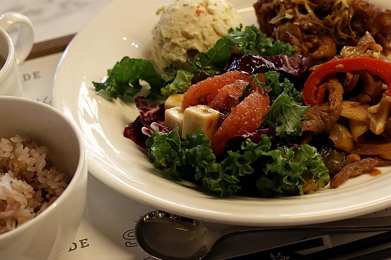 お皿に盛り付けられた、ケール、ピンクグレープフルーツ、キューブ状のチーズを使用したサラダ