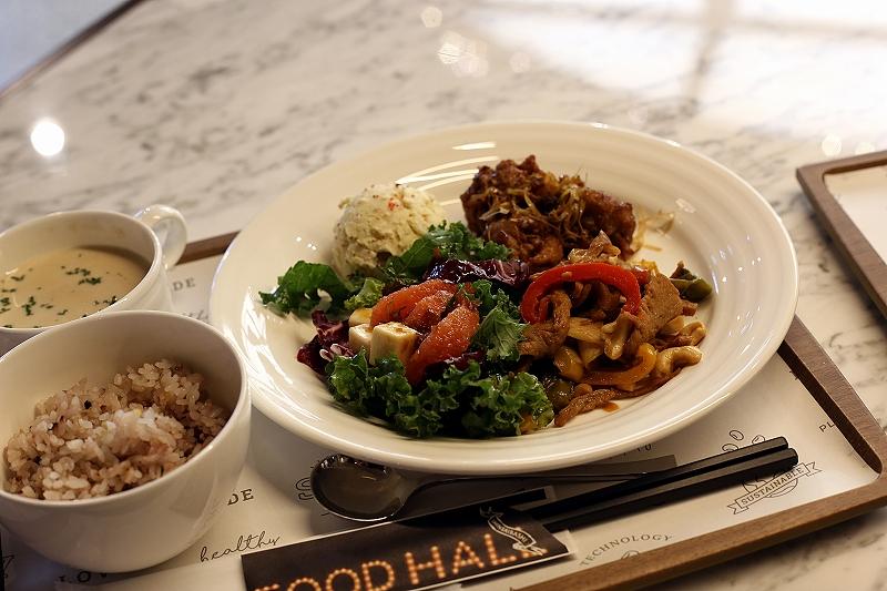 4種の惣菜がもりつけられたプレートに、雑穀米、スープがついたセット