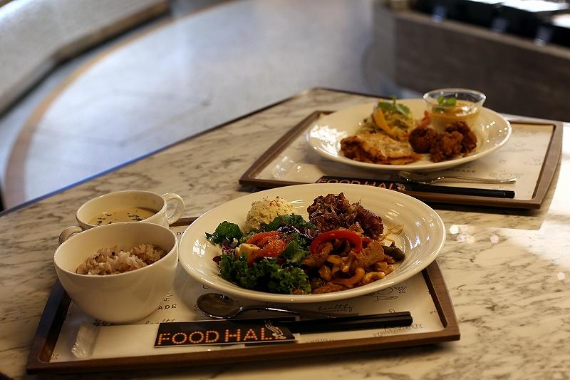 4種のデリプレートセットと、雑穀米とスープがついた4種のデリプレートセット