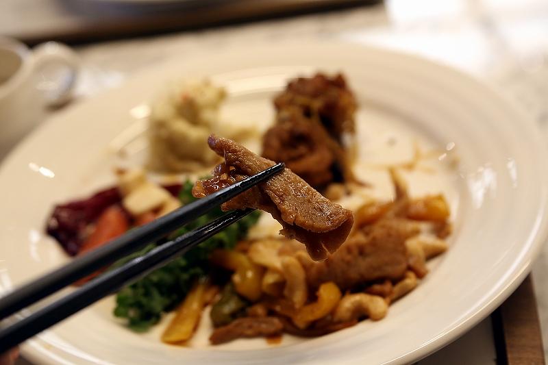 カシューナッツ炒めの大豆ミートを箸でつまんでいる様子