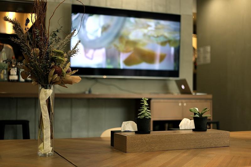 テーブルにドライフラワーや多肉植物が飾られている室内の写真