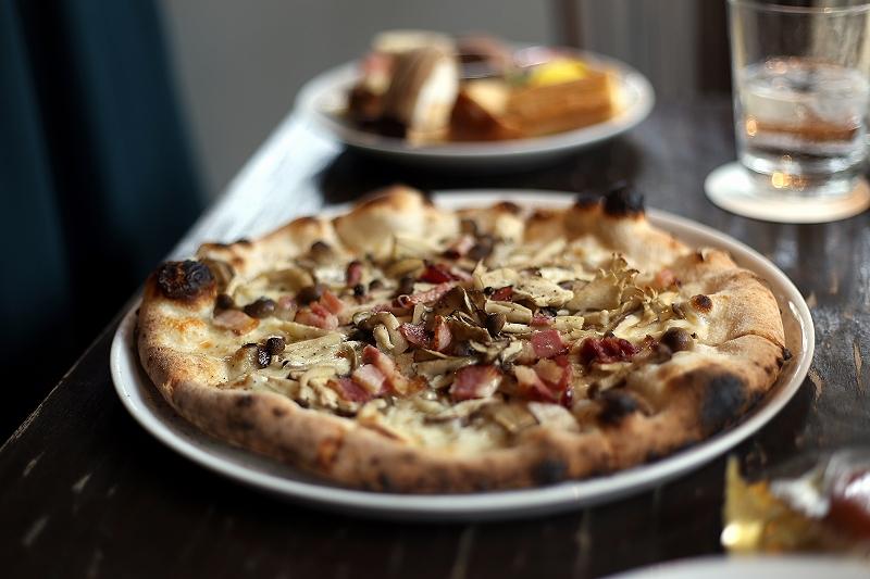きのことベーコンのピザの写真