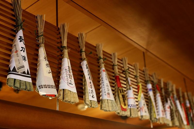 横一列にたくさん吊るされている祇園祭の飾り粽の写真