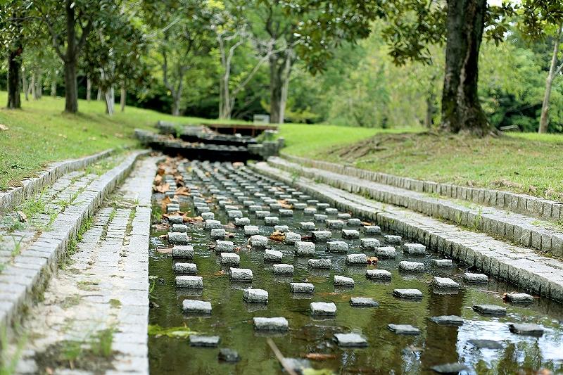 石畳で舗装された浅い水路の写真