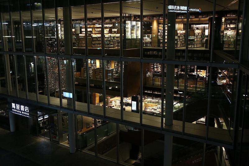 夜の京阪枚方市駅蔦屋書店外観の写真