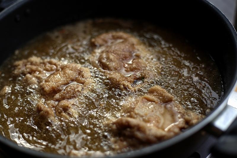 鍋の中で肉を茹でている写真