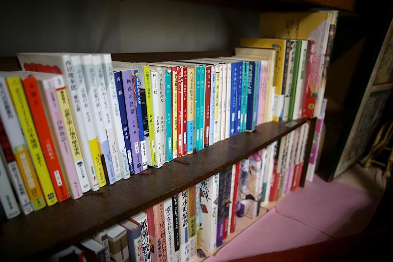 本棚に並べられた、京都関連の本