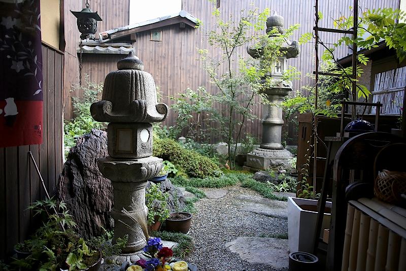 石灯籠が2基建てられた和風の中庭