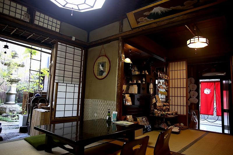 ろじうさぎの店内の様子。畳が敷かれ、壁には日本画がかけられた、和風の店内。障子の向こうには灯籠のある庭が見える。