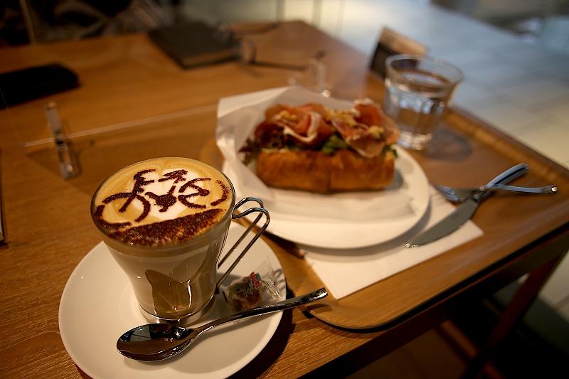 自転車のラテアートが施されたカフェラテ