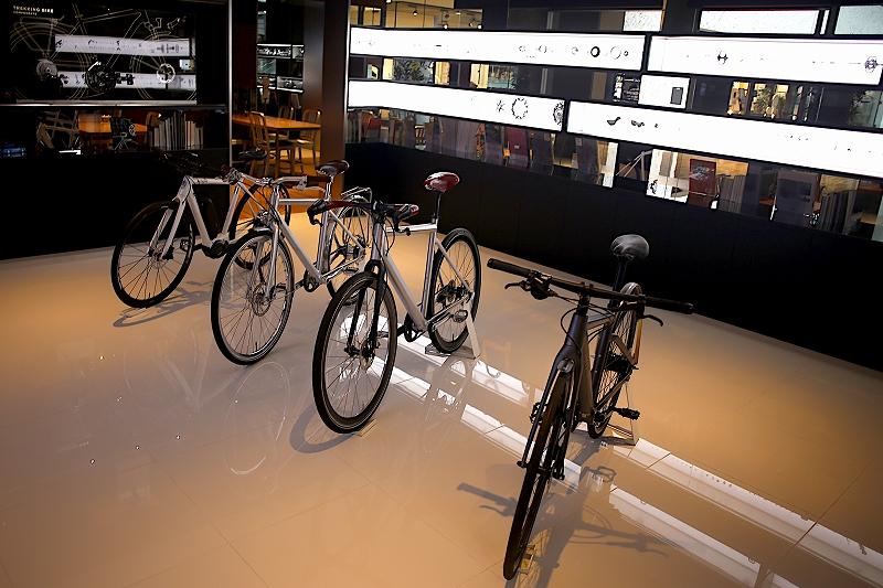 4台のマウンテンバイクがギャラリーに並べられている様子