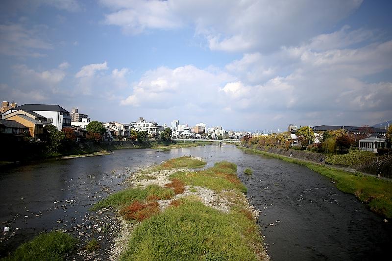 橋の上から見た鴨川の風景
