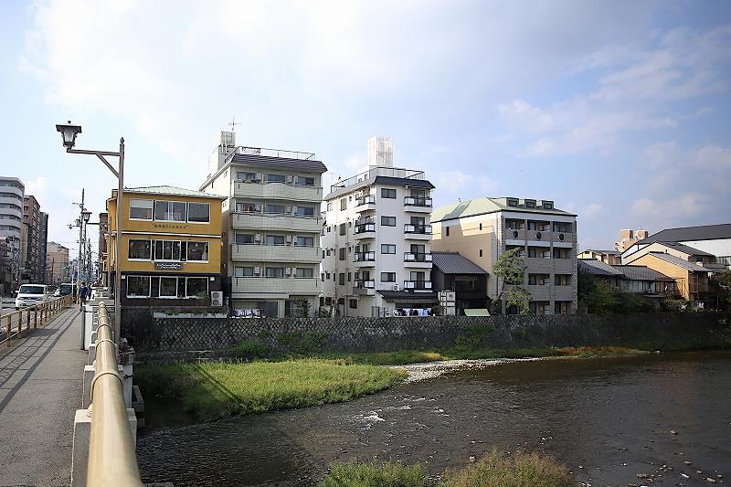 鴨川に面して複数のビルが並んでいる