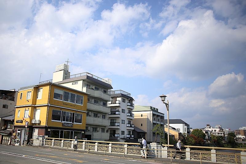 鴨川に面して建っている、1階部分が茶色く、2・3階部分が黄色い3階建ての建物