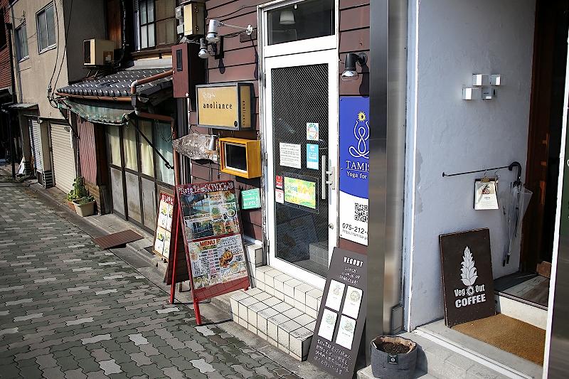 ビルの入口。Veg Out COFFEの看板と、キンカーオのメニュー看板が立てられている。