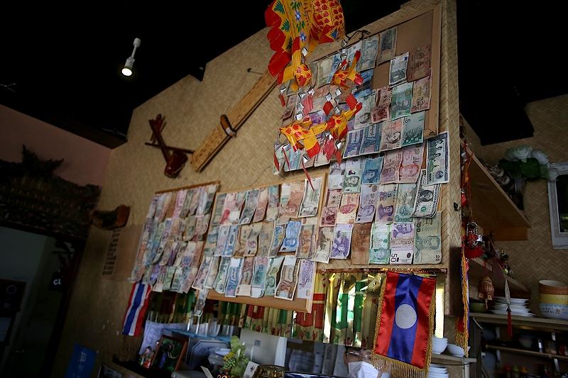 壁に貼られた、たくさんの世界のお札