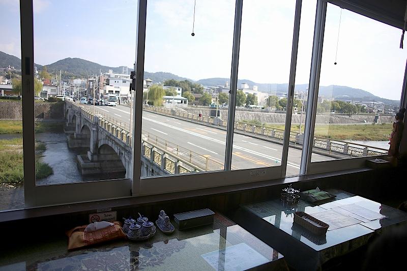 店内から見下ろした鴨川と七条大橋